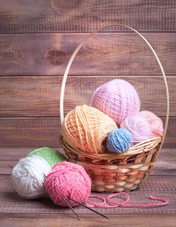 gomitoli di lana: Sfere di filato per maglieria su tavole di legno