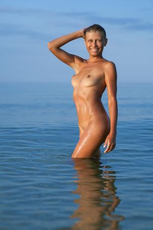 nue plage: beauté femme nue dans la mer