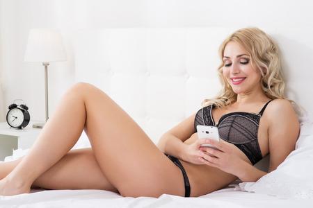 jungen unterwäsche: Beauty blonde Frau im weißen Bett
