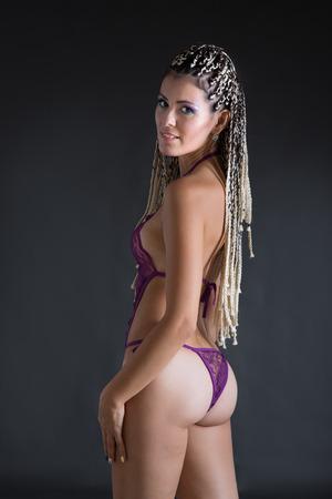 mujeres eroticas: mujer con dreadlocks en la ropa interior Foto de archivo