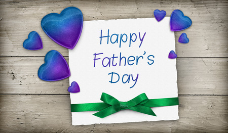 corazones azules: D�a de los Padres pancarta con corazones azules y cinta verde sobre la madera