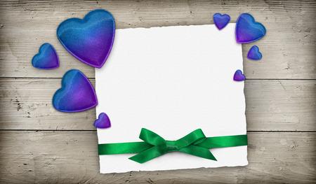 corazones azules: Corazones azules y tarjeta de felicitación del arco verde con espacio para el texto