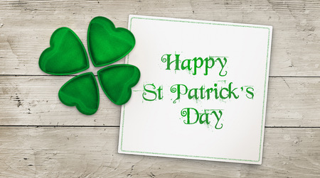 Happy St Patricks Day greeting card and clover over wood Stock fotó
