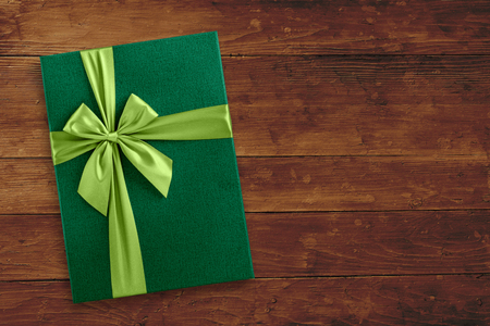 Green gift box on wood, holiday background Stock fotó