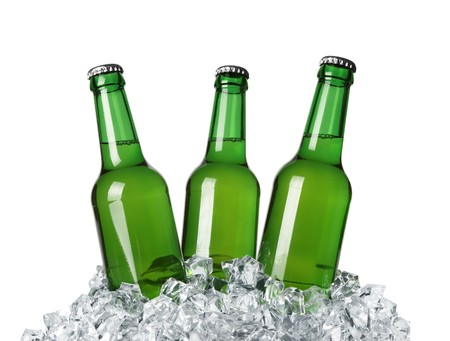 engarrafado: Bottles on ice isolated on white background