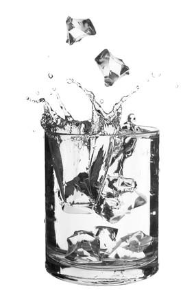 bebidas frias: el agua en un vaso aislado sobre fondo blanco