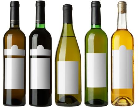 bouteille de vin: La valeur 5 bouteilles de vin avec les �tiquettes blanches isol�es sur fond blanc. Plus - dans mon portefeuille.