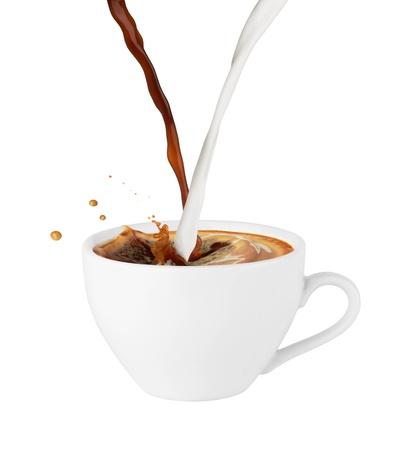 Kaffee und Milch gossen in eine Schale, lokalisiert auf weißem Hintergrund Standard-Bild