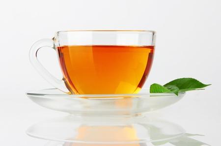 wei�er tee: Tasse mit Tee und gr�n Leaf auf wei�
