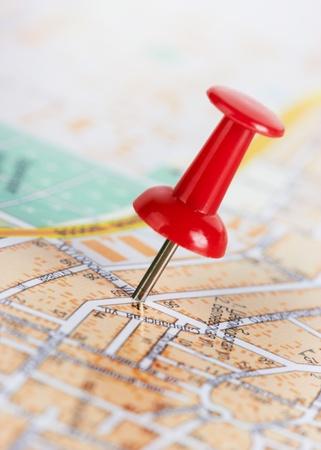 elhelyezkedés: Red pushpin egy várostérképet