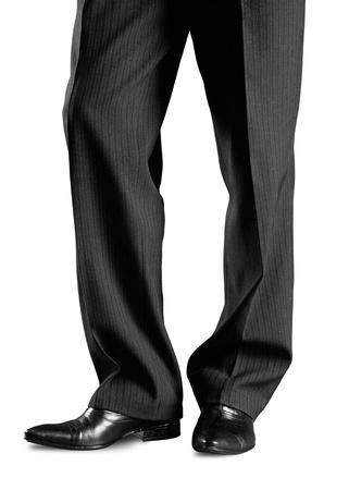 Man's voeten in zwarte broek en zwarte schoenen
