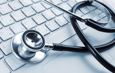 stetoscoop: stethoscoop op een witte laptop Stockfoto