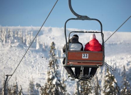 Ski lift carrying skiers Standard-Bild
