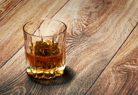 whiskey in glasses on wooden table Foto de archivo