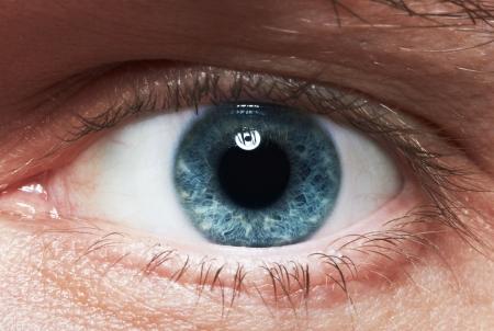 ojos azules: Close-up de los ojos azules de un hombre Foto de archivo