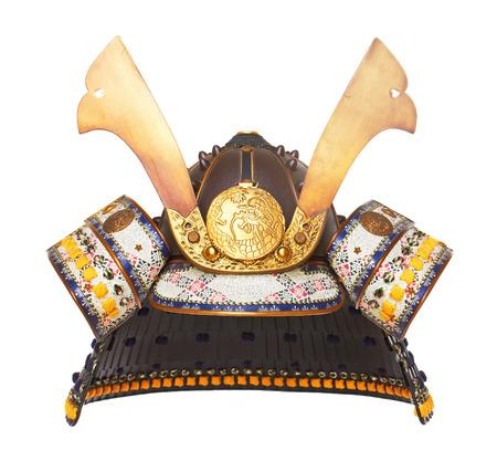 samourai: Casque samouraï isolé sur fond de bois Banque d'images