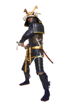 Samurai in harnas, geïsoleerd op een witte achtergrond