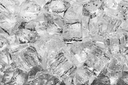 cubos de hielo: Los cubos de hielo con gotas, de cerca Foto de archivo