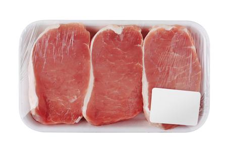 carnes rojas: Carne sin procesar fresca en el paquete, aislado en fondo blanco