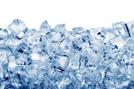 frio: Cubitos de hielo aislados sobre fondo blanco