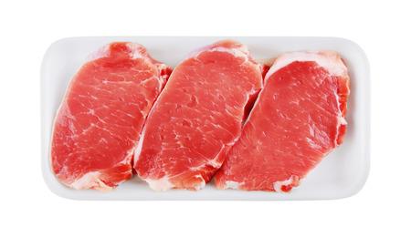 carne roja: Carne sin procesar fresca en el paquete, aislado en fondo blanco