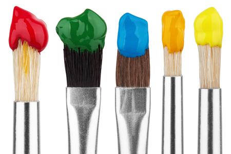 artistas: Cepillos con pinturas de colores, aislados en fondo blanco