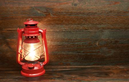 linterna lámpara de queroseno, en el fondo de madera
