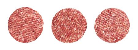 carne cruda: hamburguesa de carne cruda, aislado en blanco