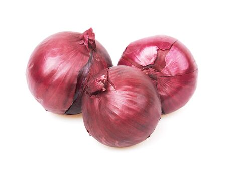 Cipolla rossa fresca isolata su fondo bianco