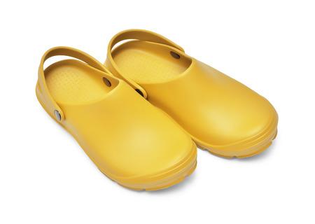 Crocs schoenen. Een paar gele klompen geïsoleerd op een witte achtergrond w  pad Stockfoto