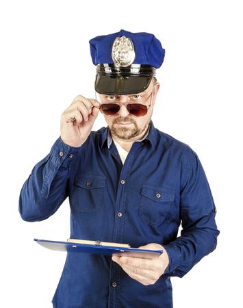 Der Polizist arbeitet in Arbeitssituationen. Der Polizist, in Arbeitskleidung, in Form, macht Täter fertig, Täter, weist auf das Gesetz hin. Standard-Bild