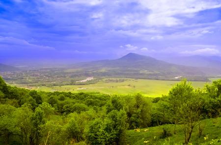 Berglandschaft in Abchasien im Tal von Auadhara. Panorama mit gelben Herbsthügeln und -bergen. Das Foto entstand im Tal der sieben Seen, der Republik Abchasien.