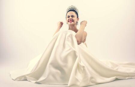 Une femme mariée heureuse exulte les poings de pompage extatiques célèbre le succès heureux de se marier isolé sur fond clair