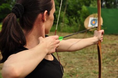 Giovani donne di formazione con l'arco