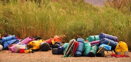 mochila de viaje: mochila de viaje con accesorios en el suelo