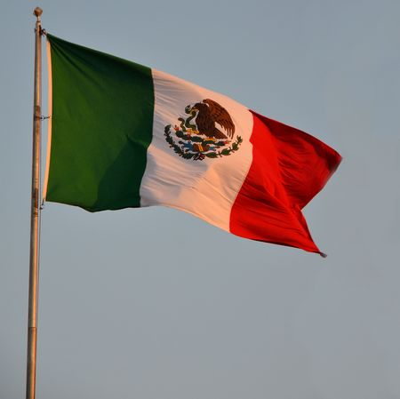 bandera de mexico: zoom de la bandera mexicana en la puesta de sol en Yukatan