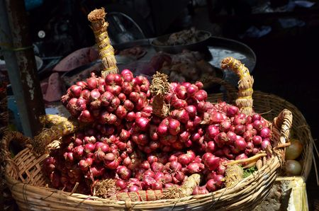 can tho: red onion in basket