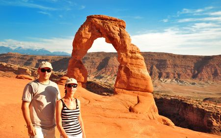 natural bridge state park: Couple in front of Delicate Arch USA