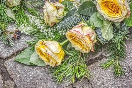 Bouquet of yellow roses in cretan design on gray paving stones. Stockfoto