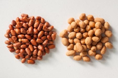 Diferentes alubias sal sobre un fondo blanco photo