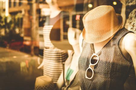 mode: Weiblichen Schaufensterpuppen in einem Modehaus, Farbeffekt