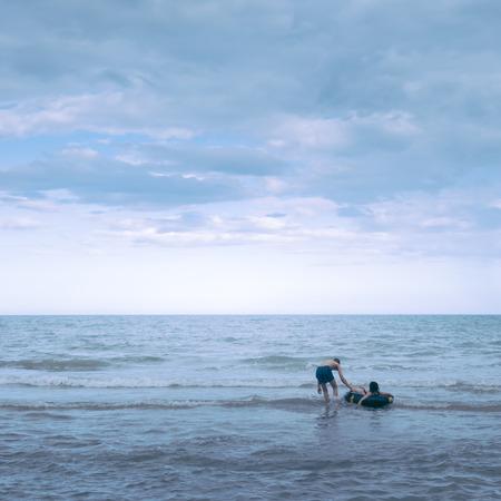 persone relax: Due giovani rilassarsi sul mare, Effetto colore