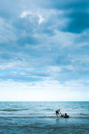 persone relax: Due giovani che si rilassano sul mare Archivio Fotografico
