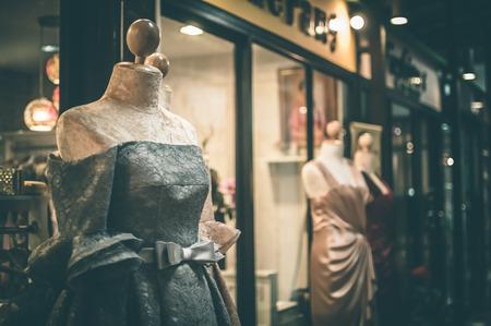 Mannequins féminins à l'intérieur d'une maison de couture, Effet de couleur Banque d'images - 35152343