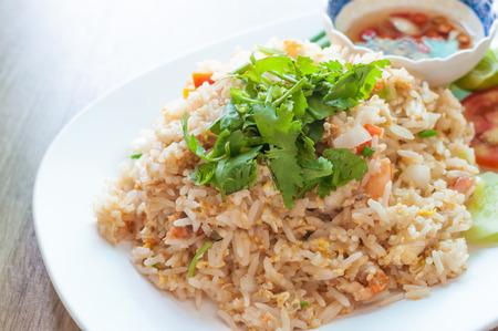 huevos estrellados: Estilo tailandés camarones arroz frito Unique sirve en el plato