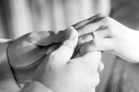 manos entrelazadas: Joven matrimonio la mano, Blanco y Negro Imagen Foto de archivo
