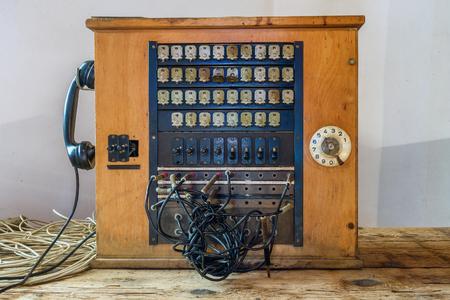 Antieke houten historische telefooncentrale Stockfoto