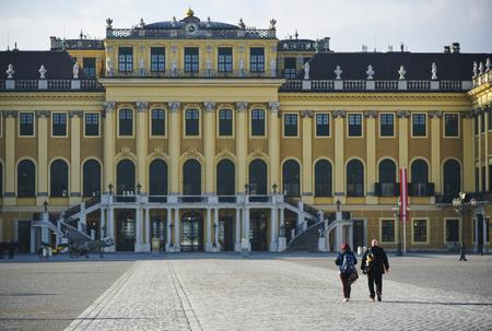 nbrunn: Travellers walking toward Schonbrunn Palace Editorial