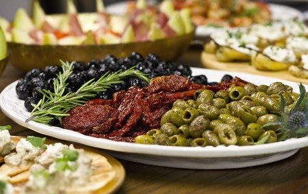 italienisches Essen auf einer eingerichteten Tabelle Standard-Bild