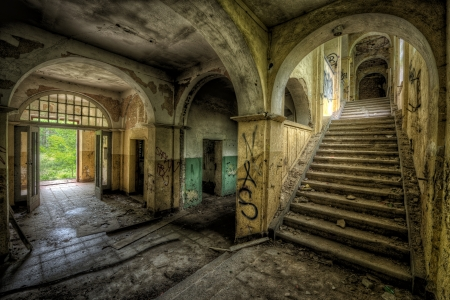 decayed: Impressive room with bows